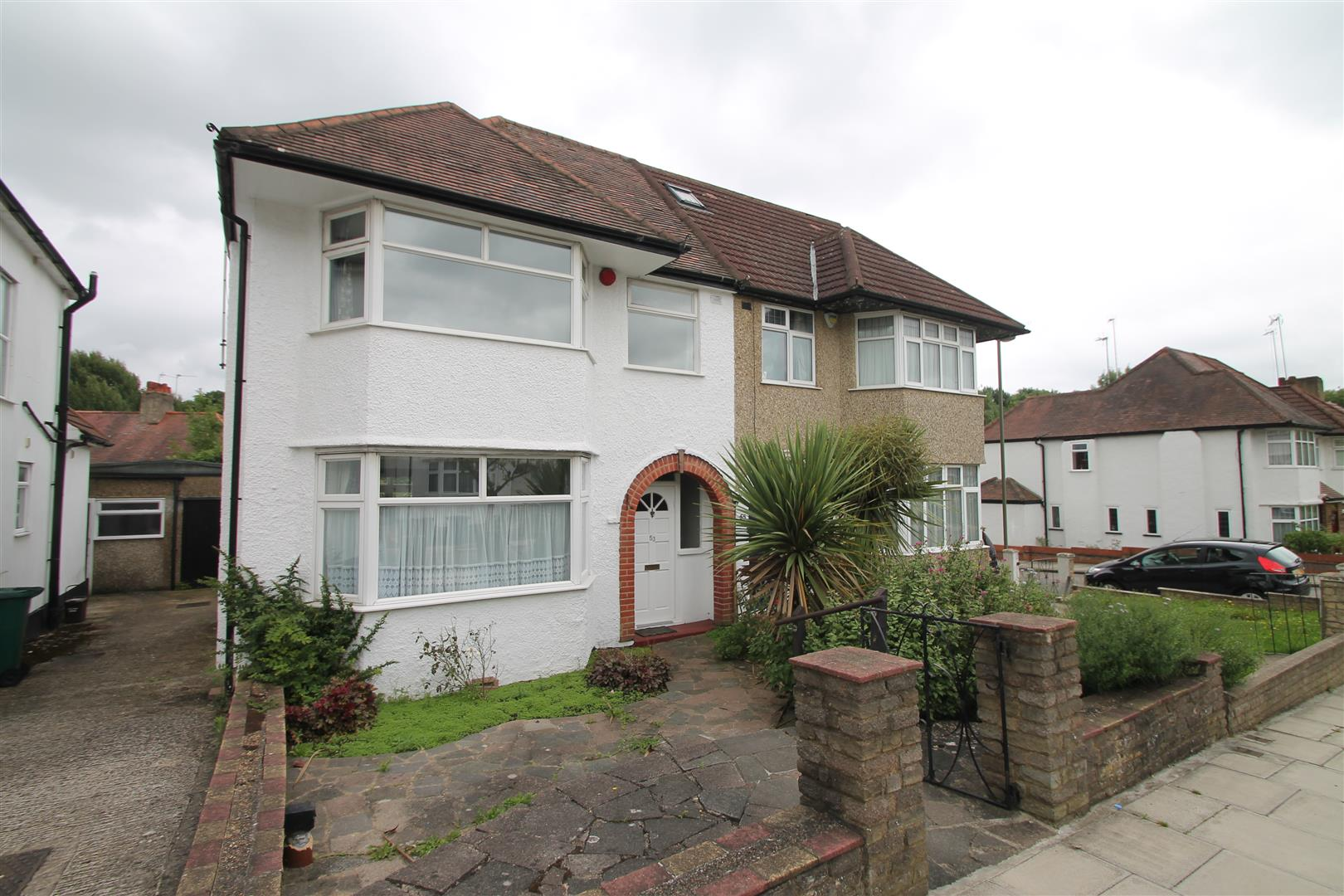 3 Bedrooms Property for sale in Holders Hill Drive, London NW4 1NL